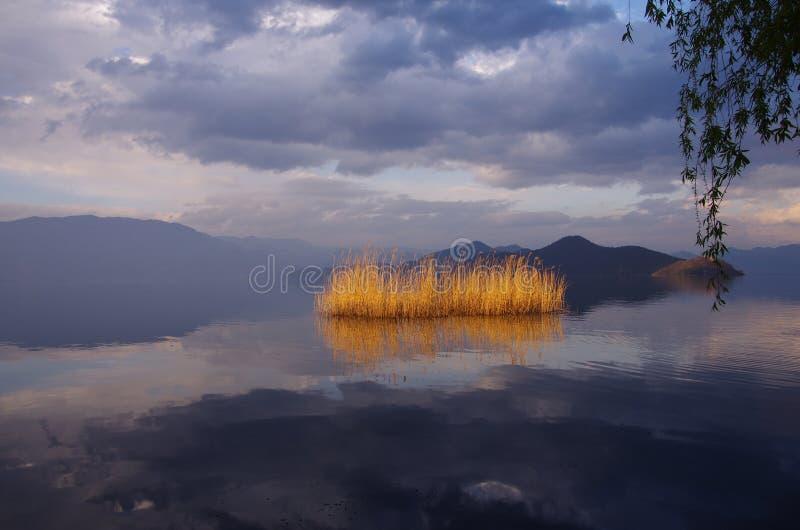 Озеро Lugu, Юньнань, Китай стоковое изображение