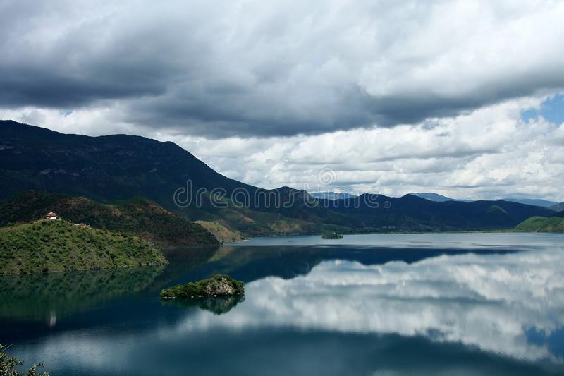 Озеро Lugu, Lijiang, Юньнань, Китай стоковое изображение rf