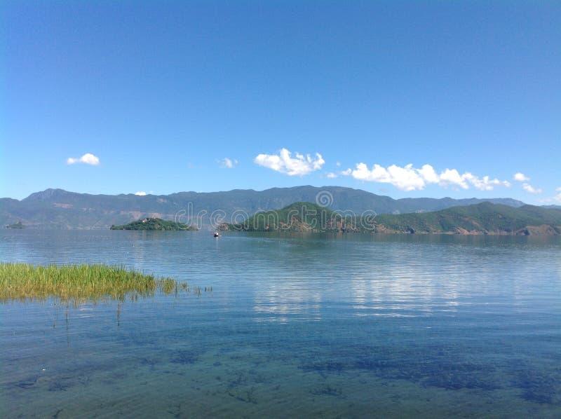 Озеро Lugu Lijiang, Юньнань, Китая стоковые фотографии rf
