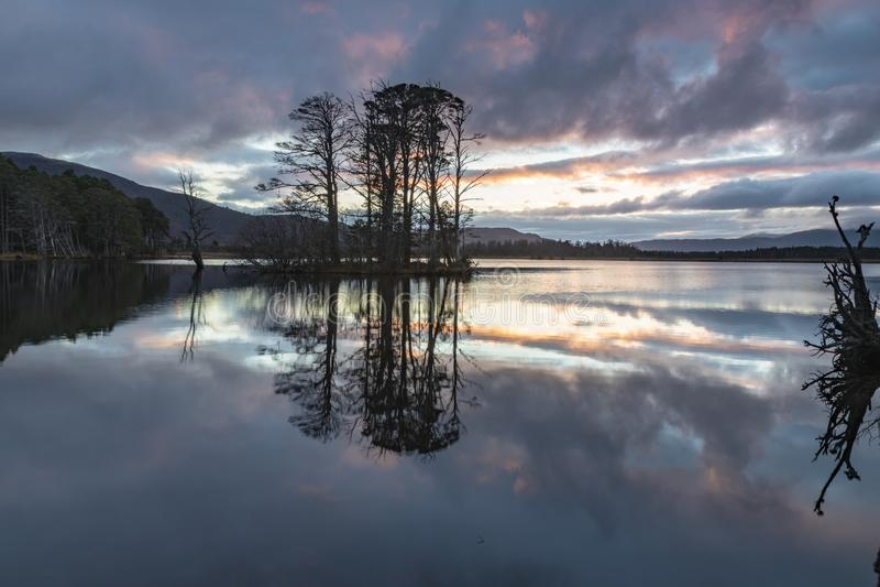 Озеро Mallachie в национальном парке Cairngorms Шотландии стоковые фото