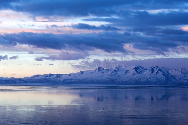 Озеро Manasarovar (Mapam Yumtso) на заходе солнца, Тибете стоковые фото