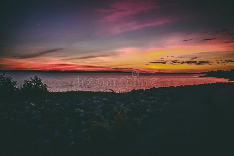 Озеро midwest на заходе солнца стоковые фотографии rf