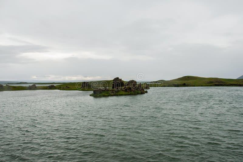 Озеро Myvatn расположено в Исландию, окруженную сногсшибательным пейзажем стоковые изображения rf
