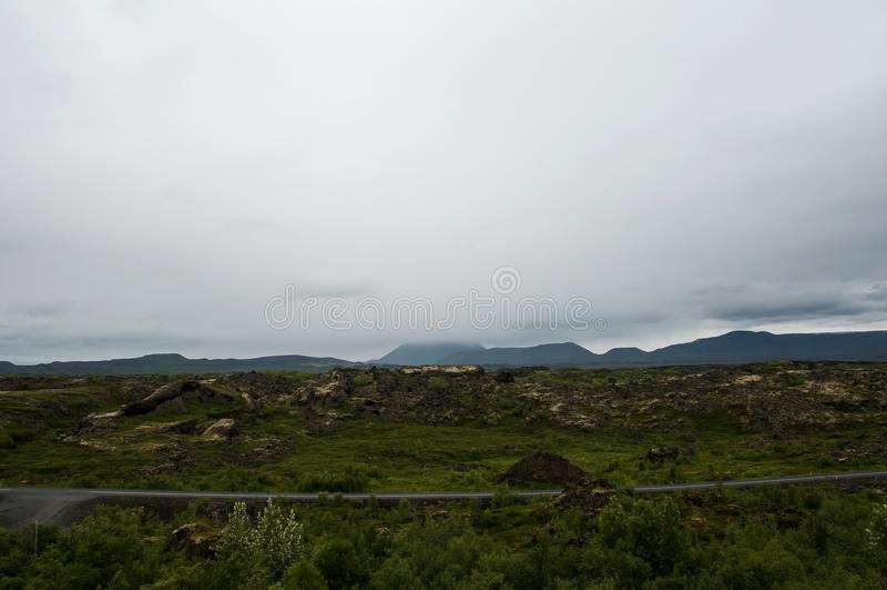 Озеро Myvatn расположено в Исландию, окруженную сногсшибательным пейзажем стоковое изображение