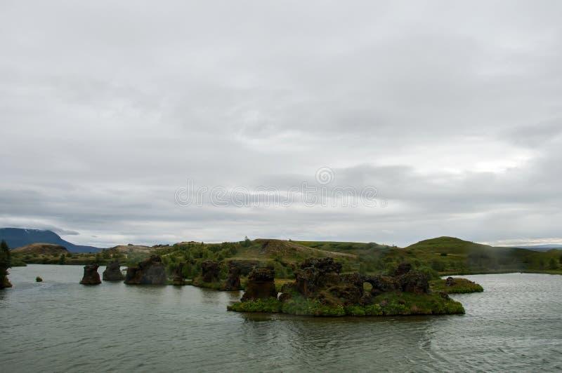Озеро Myvatn расположено в Исландию, окруженную сногсшибательным пейзажем стоковая фотография