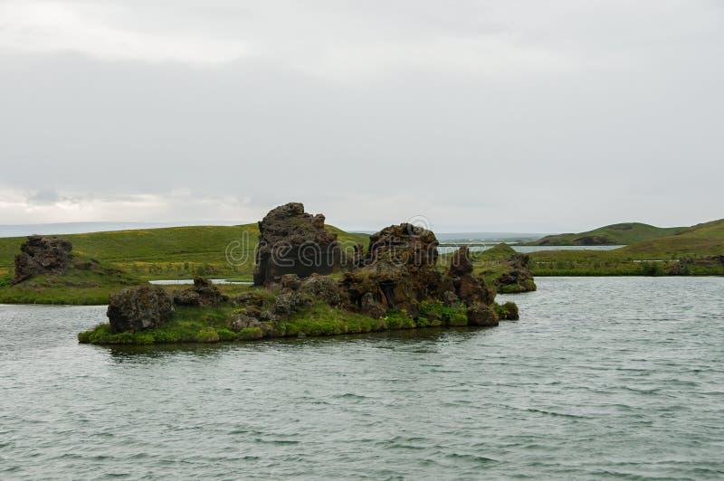 Озеро Myvatn расположено в Исландию, окруженную сногсшибательным пейзажем стоковое фото