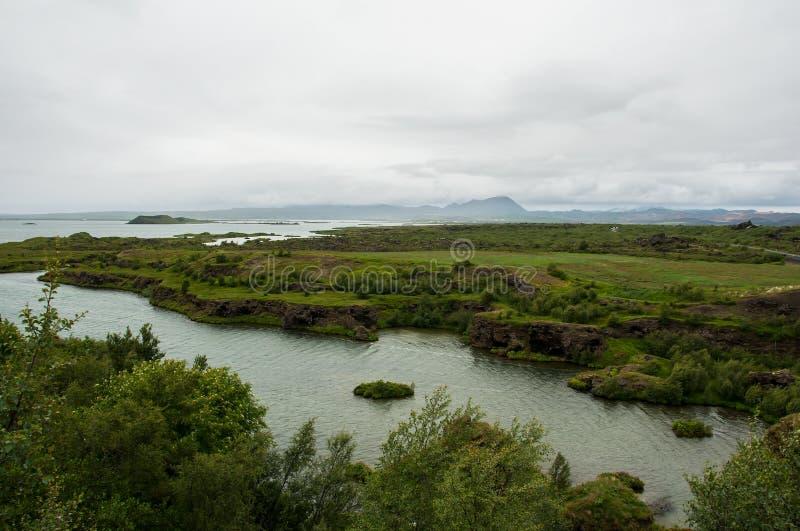Озеро Myvatn расположено в Исландию, окруженную сногсшибательным пейзажем стоковая фотография rf