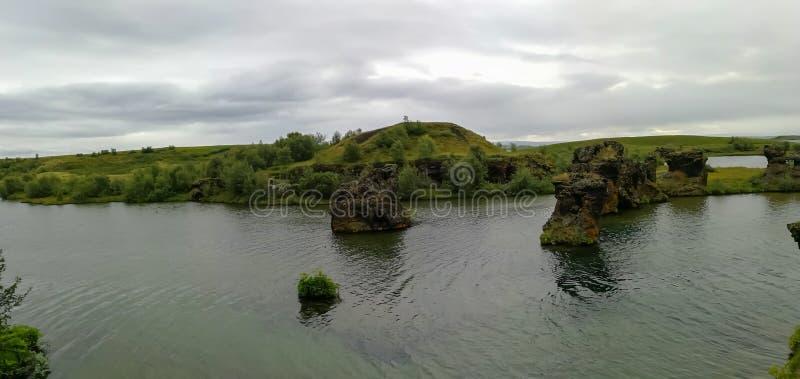 Озеро Myvatn расположено в Исландию, окруженную сногсшибательным пейзажем стоковое изображение rf