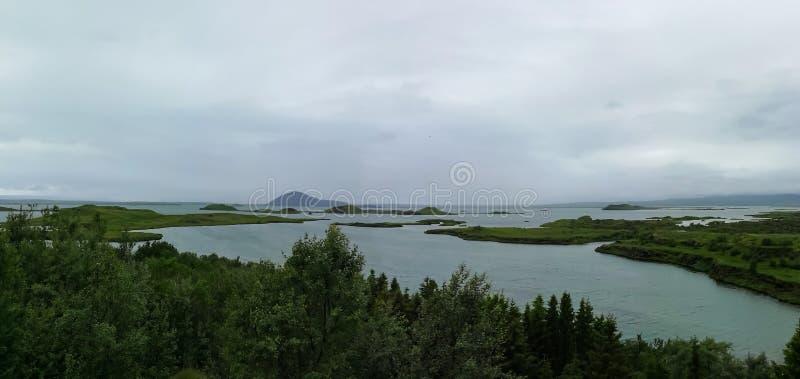 Озеро Myvatn расположено в Исландию, окруженную сногсшибательным пейзажем стоковые фото