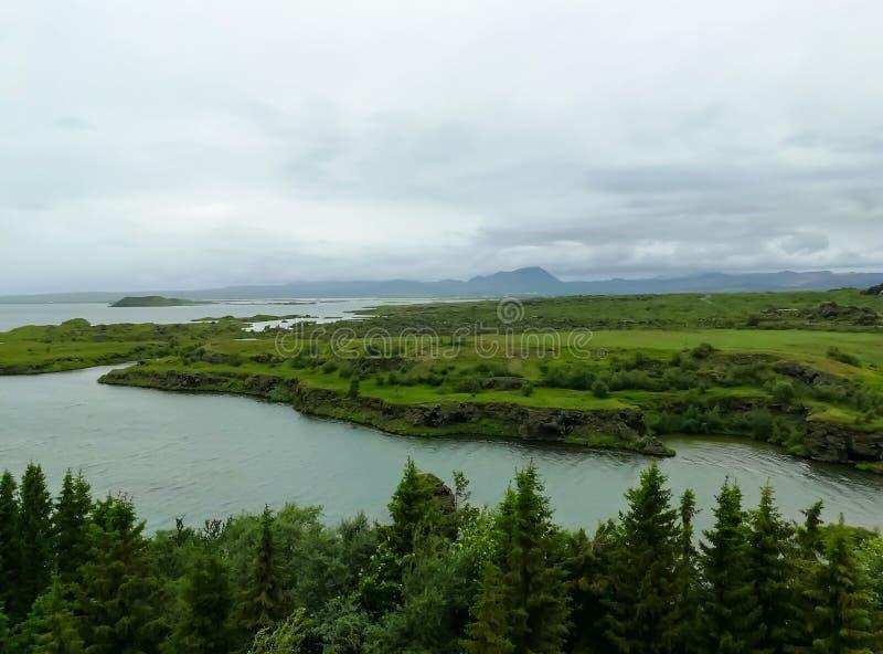 Озеро Myvatn расположено в Исландию, окруженную сногсшибательным пейзажем стоковые изображения