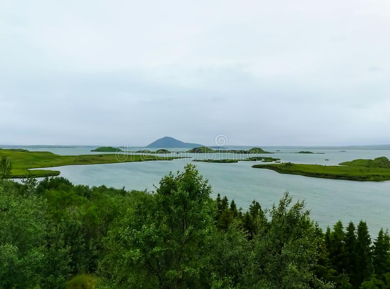 Озеро Myvatn расположено в Исландию, окруженную сногсшибательным пейзажем стоковые фотографии rf