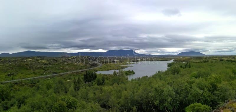 Озеро Myvatn расположено в Исландию, окруженную сногсшибательным пейзажем стоковое фото rf