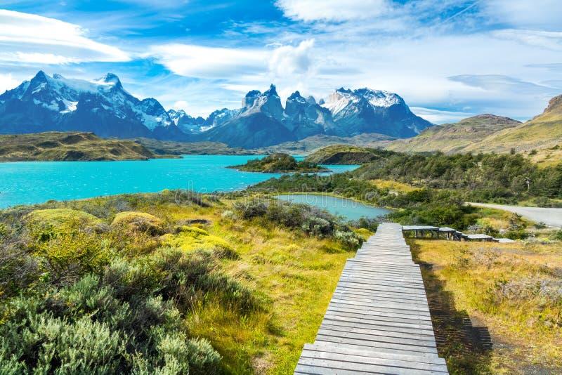 Озеро Pehoe и горы Guernos ландшафт, национальный парк Torres del Paine, Патагония, Чили, Южная Америка стоковое изображение