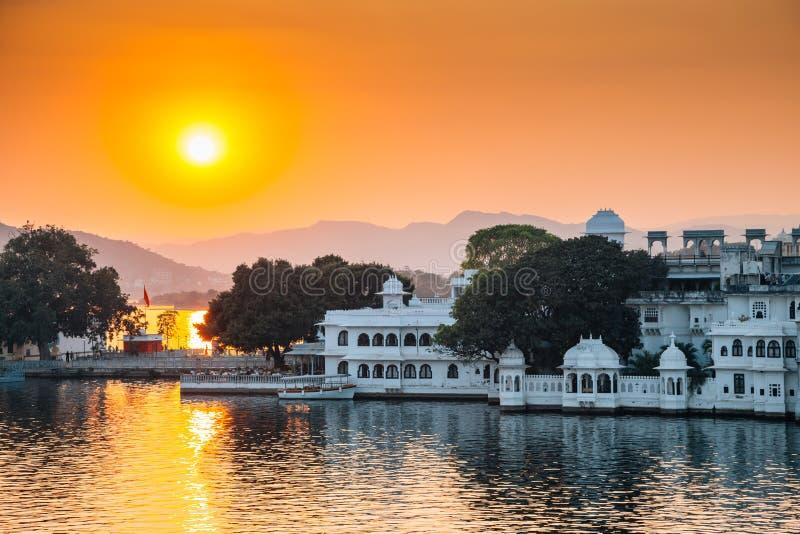 Озеро Pichola захода солнца и городок Udaipur в Индии стоковая фотография