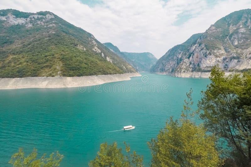 Озеро Piva в горах стоковые изображения rf