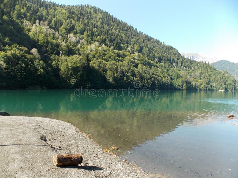 Озеро Ritsa в горах абхазии стоковое изображение