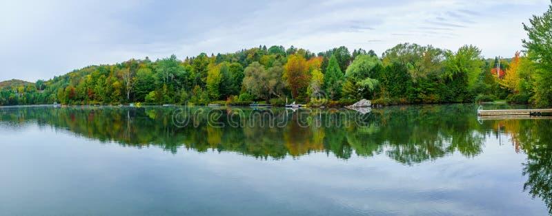 Озеро Rond Lac, в Sainte-Adele стоковое фото rf