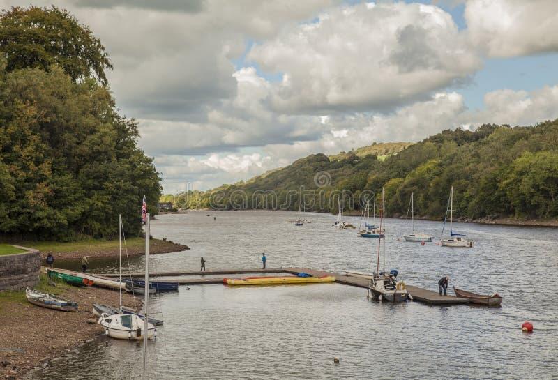 Озеро Rudyard, Англия - деревья и шлюпки и облачные небеса стоковое фото rf