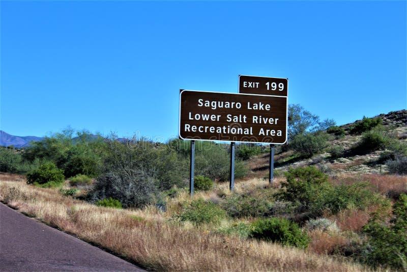 Озеро Saguaro, более низкий Salt River, знак воссоздания, национальный лес Tonto, Аризона, Соединенные Штаты стоковое фото rf