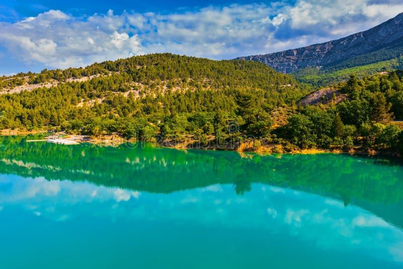 Озеро Sainte-Croix-du-Verdon отражает небо стоковое изображение rf