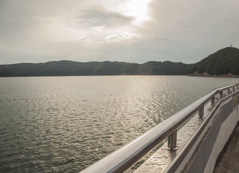 Озеро Solina, юг Польша, Европа - облачное небо и похожие на стал воды озера стоковые фотографии rf