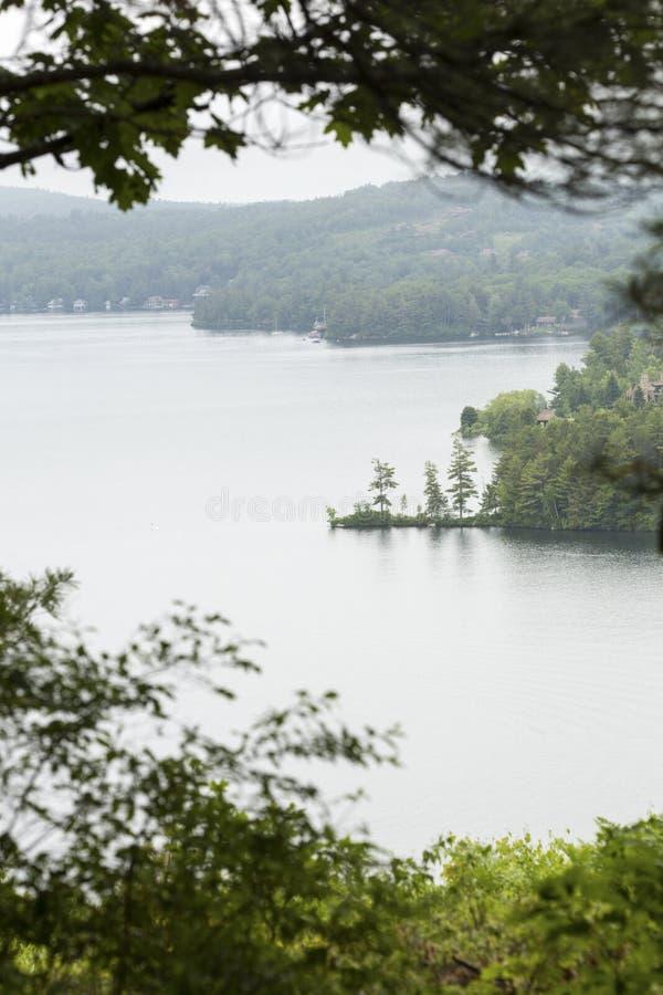Озеро Sunapee от посадки Clark в новом Лондоне, Нью-Гэмпшир стоковая фотография rf