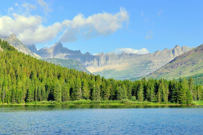 Озеро Swiftcurrent в высоком высокогорном ландшафте на следе ледника Grinnell, национальном парке ледника, Монтане стоковые фото
