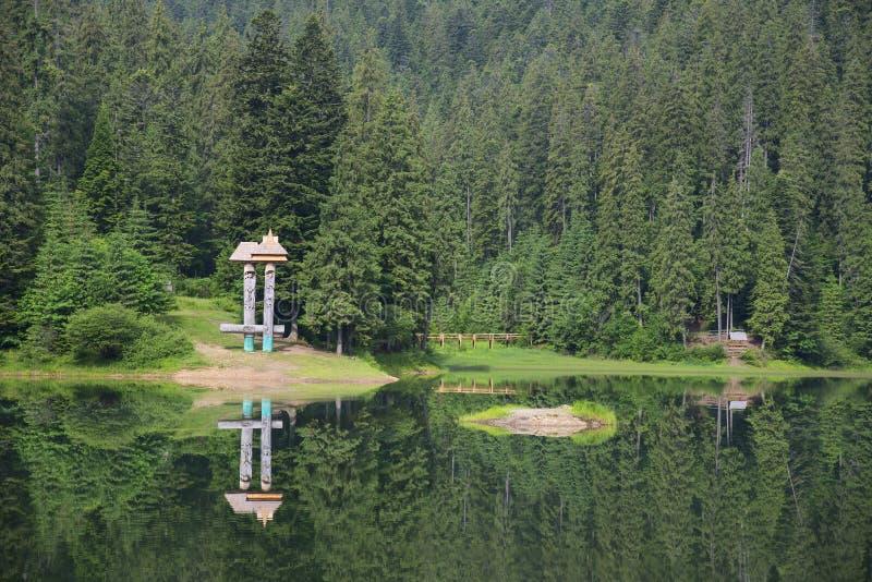 Озеро Synevyr в прикарпатских горах Украины стоковая фотография rf
