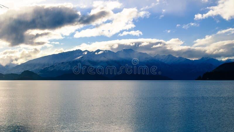 Озеро Wakatipu и горы стоковое фото rf