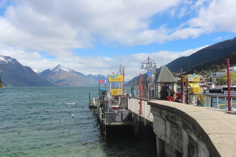 Озеро Wakatipu Queenstown, Новая Зеландия, шлюпка путешествует стоковое изображение rf