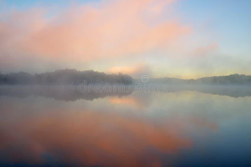 Рассвет, озеро Whitford в тумане стоковое фото