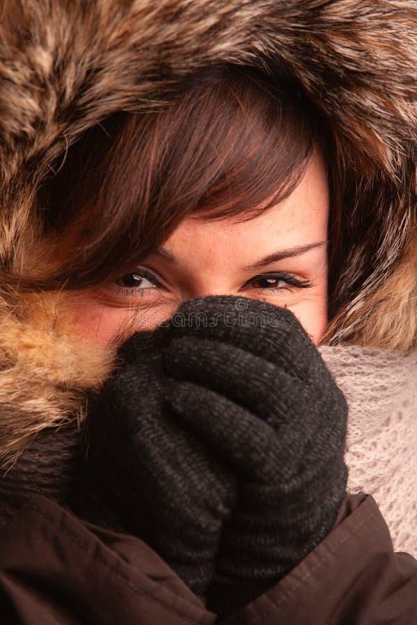Озорная молодая женщина покрывая ее сторону стоковые фото
