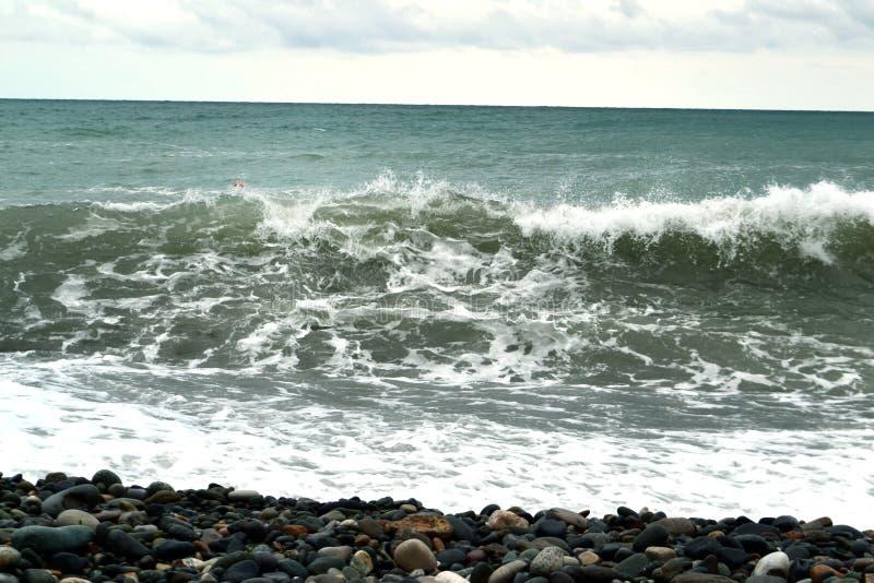 Океанская волна и голубое небо стоковые фотографии rf