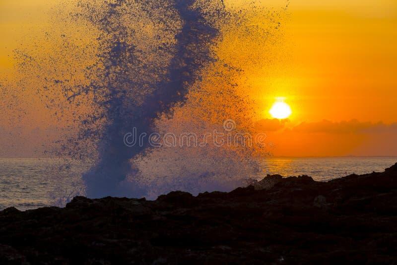Океанская волна на времени захода солнца стоковое фото