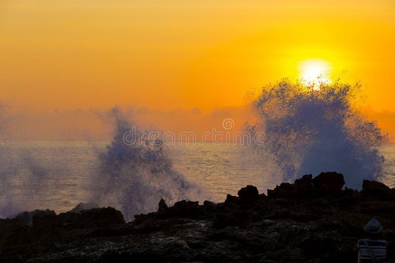 Океанская волна на времени захода солнца стоковое изображение