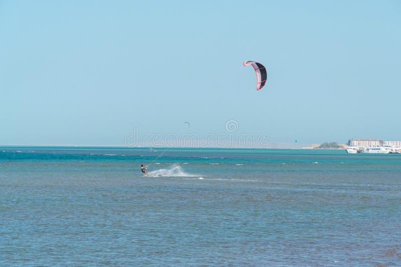 Океанские волны катания Kitesurfer на яркий солнечный день стоковые изображения