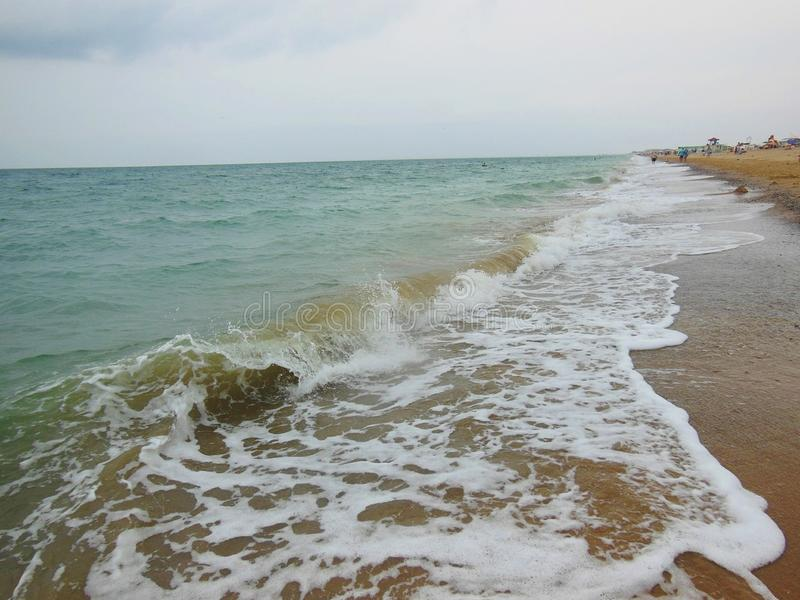 Океанские волны моя песочный берег пляжа стоковое изображение rf