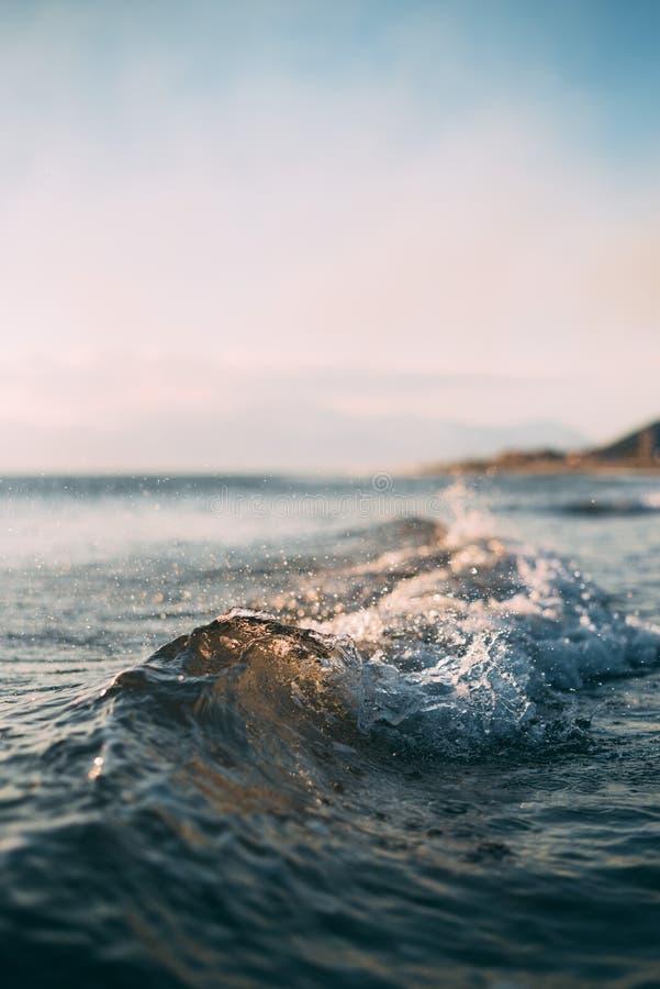 Океанские волны причаливая пляжу стоковые изображения rf