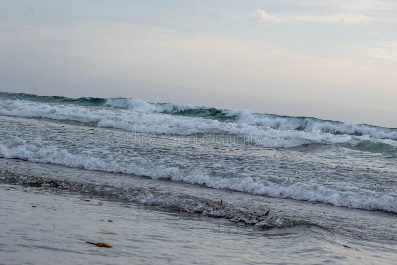 Океанские волны разбивая на песчаном пляже стоковая фотография rf