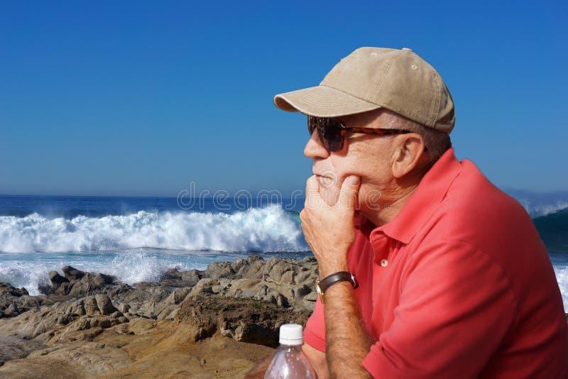 Океанские волны человека наблюдая стоковые фото