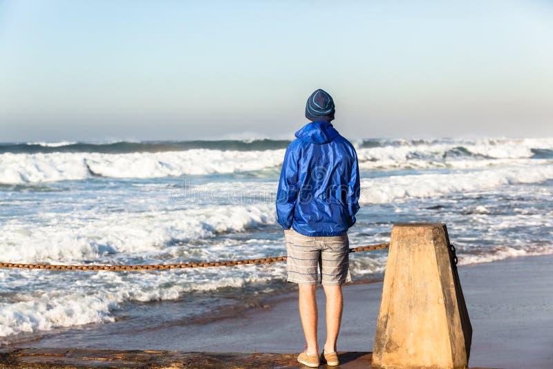 Download Океанские волны подростка наблюдая Стоковое Изображение - изображение насчитывающей природа, lifestyle: 41657847
