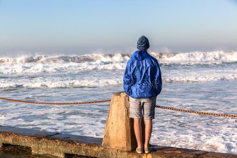 Download Океанские волны подростка наблюдая Стоковое Фото - изображение насчитывающей outdoors, воссоздание: 41658496