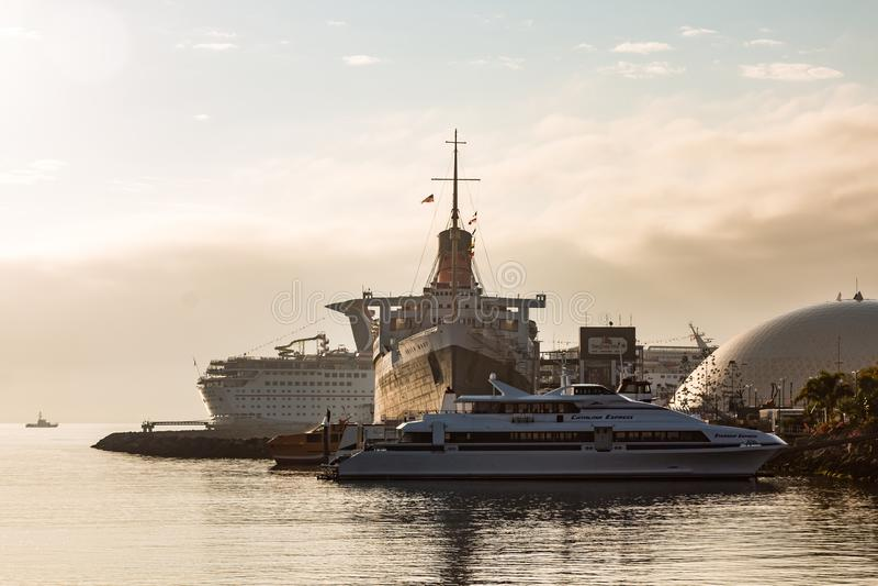 Океанский лайнер ферзя Mary исторический на зоре стоковая фотография rf
