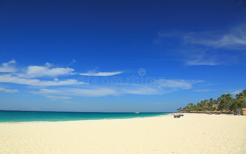 Океан воды пляжа с белым песком и бирюзы стоковое изображение