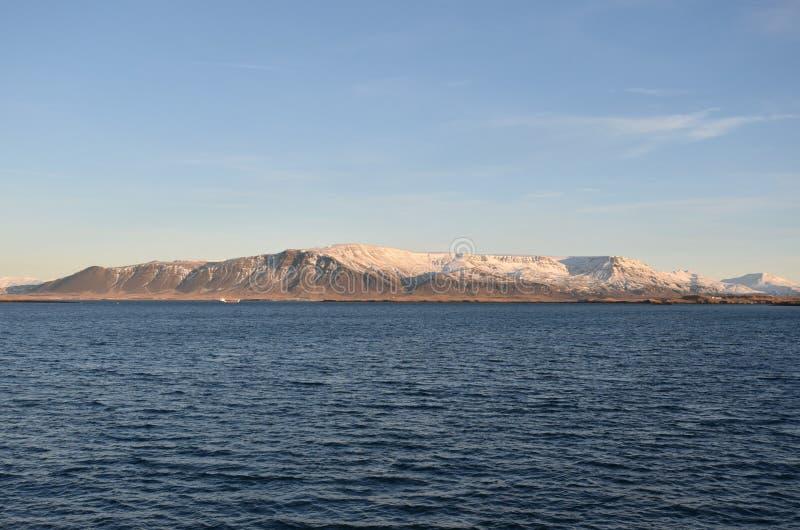 Океан и горы за Voyager Reykjavik Солнця, Исландией стоковые изображения rf