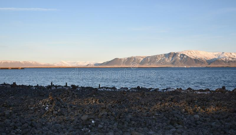 Океан и горы за Voyager Reykjavik Солнця, Исландией стоковое изображение rf