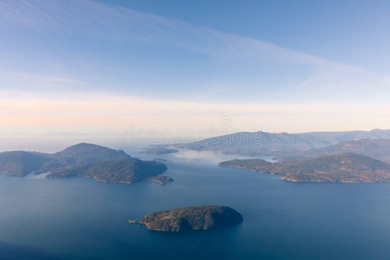 Океан и острова горного вида обозревая с Ванкувера, Канады стоковые изображения rf