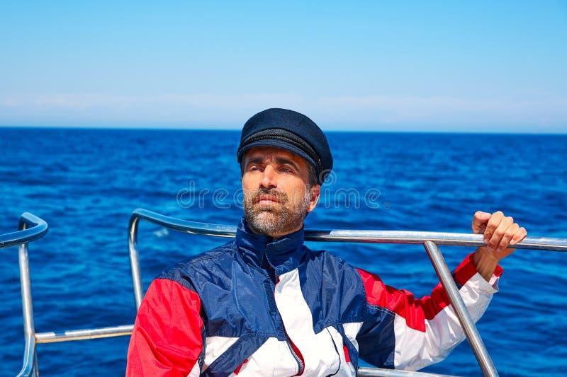 Океан моря плавания человека крышки матроса бороды в шлюпке стоковое фото rf