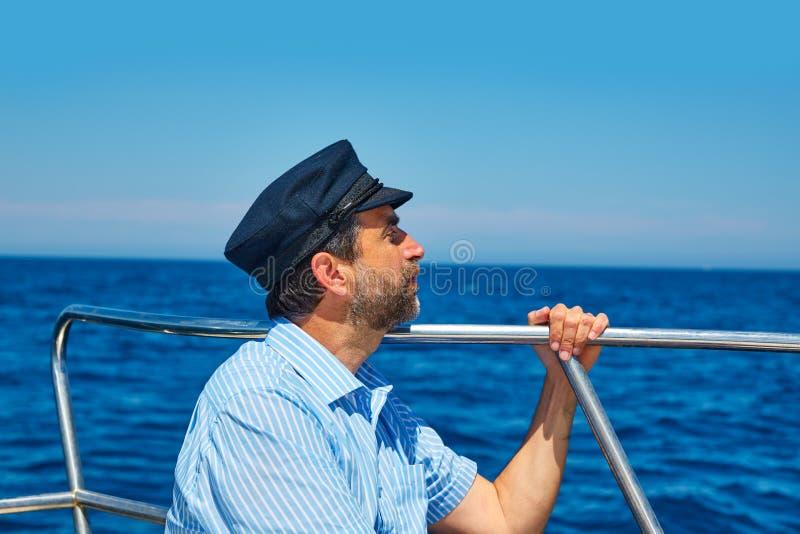 Океан моря плавания человека крышки матроса бороды в шлюпке стоковые фотографии rf
