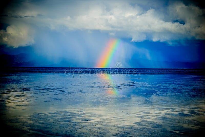 океан над радугой остатки лучей, Новая Зеландия стоковое фото rf